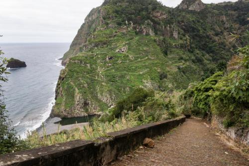 De afdaling vanuit Sao Jorge en op de andere berg is het pad te zien wat we zullen volgen terug naar boven naar Santan