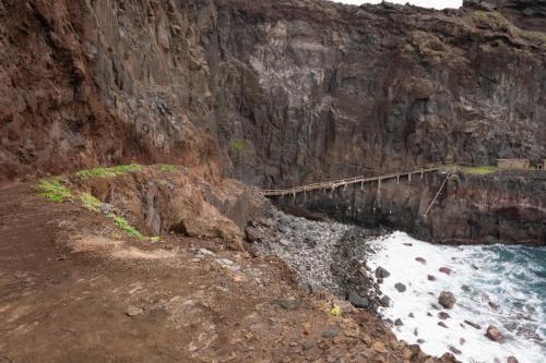 Het pad langs de rotsen naar de punt