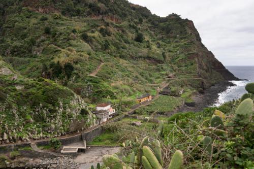 Aan de overkant zien we het wandelpad waar we afdaalden vanuit Sao Jorge