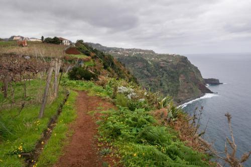 UItzicht op de kust waar we even geleden nog helemaal beneden liepen