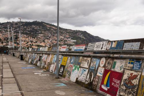 De kademuur van de haven van Funchal versierd met beschilderingen