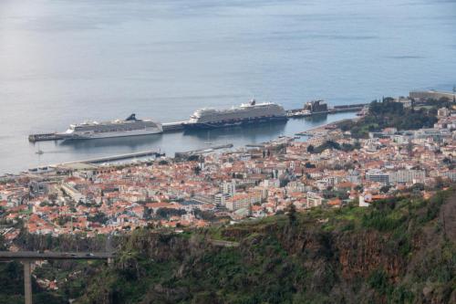 De stad Funchal ligt al snel onder ons