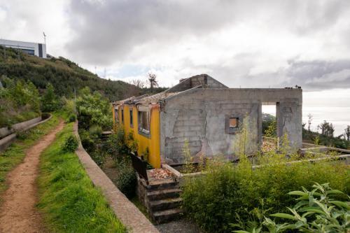 Een verlaten resort op een prachtige plek met uitzicht op de stad
